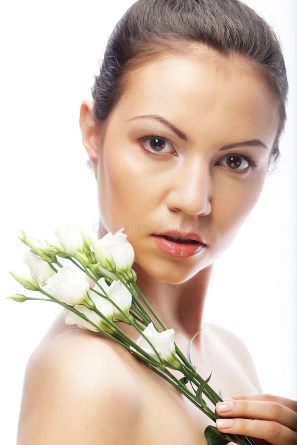 Junge Frau mit den weißen Blumen lokalisiert auf Weiß lizenzfreies stockfoto