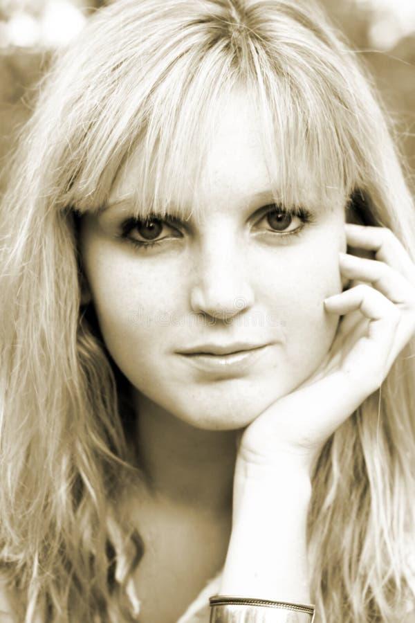 Junge Frau mit der Hand auf Gesicht lizenzfreie stockfotos