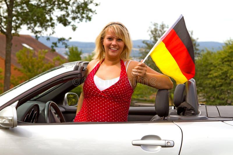Junge Frau mit deutscher Markierungsfahne lizenzfreie stockfotos