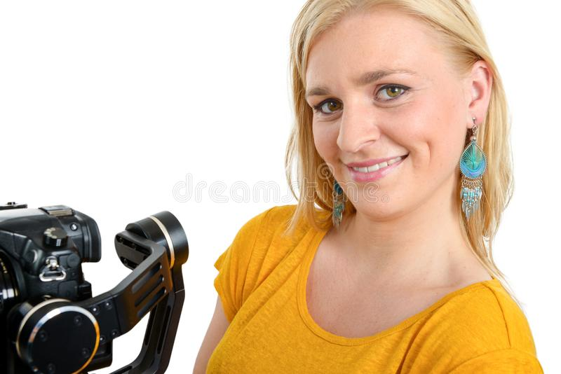 Junge Frau mit dslr Videostabilisator, auf Weiß lizenzfreies stockfoto