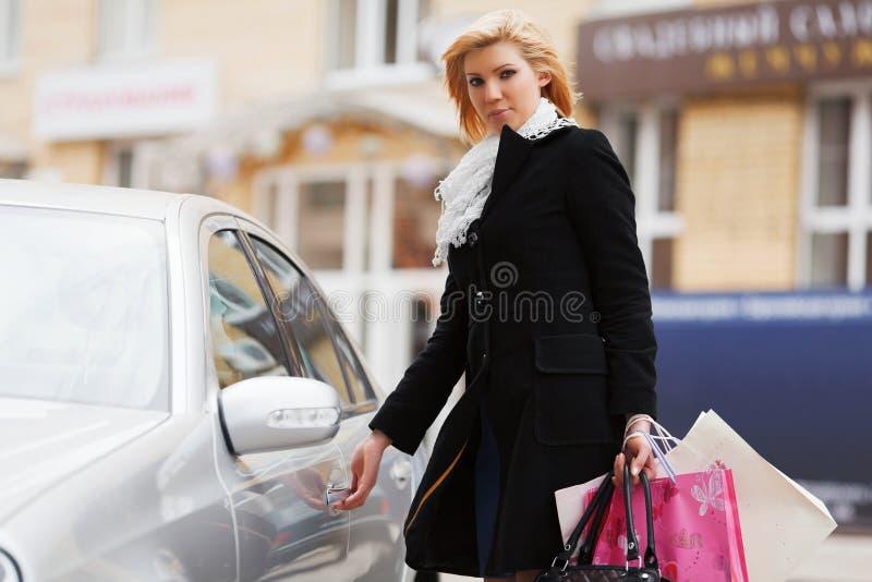 Junge Frau mit einem Auto lizenzfreies stockfoto