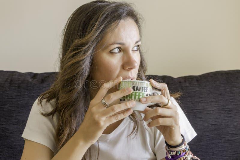 Junge Frau mit einem Cup stockbild