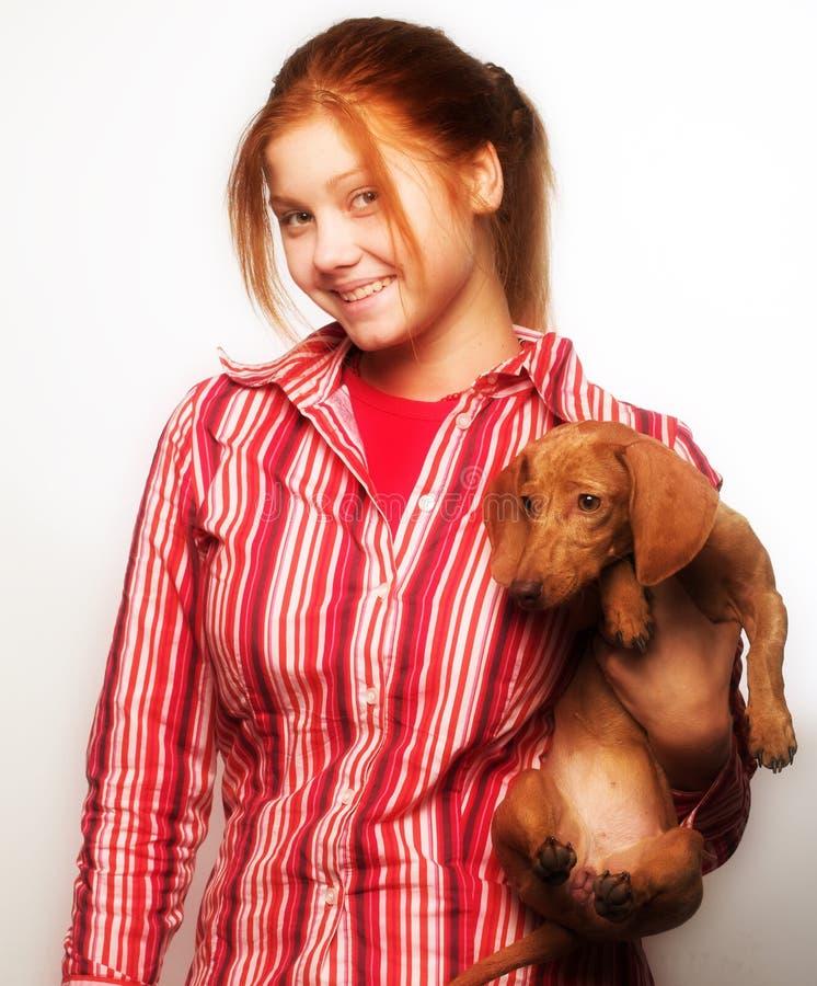 Junge Frau mit einem Dachshund lizenzfreies stockfoto