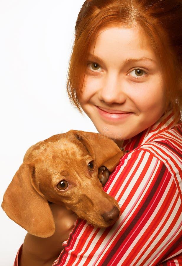 Junge Frau mit einem Dachshund lizenzfreie stockbilder