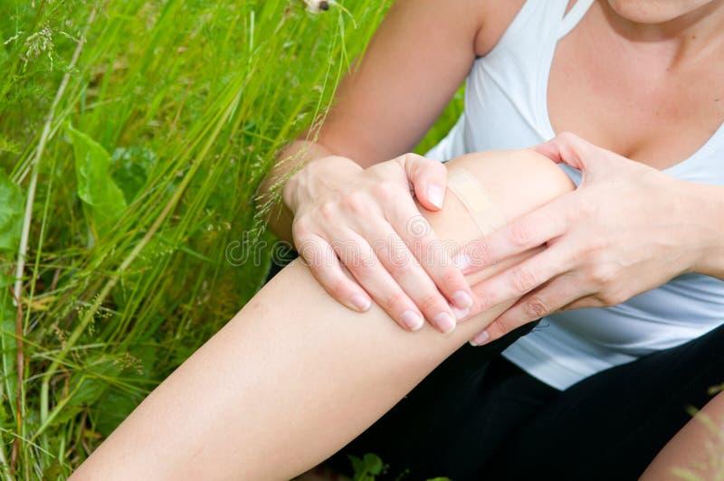 Junge Frau mit einem Fußtrauma stockfotografie