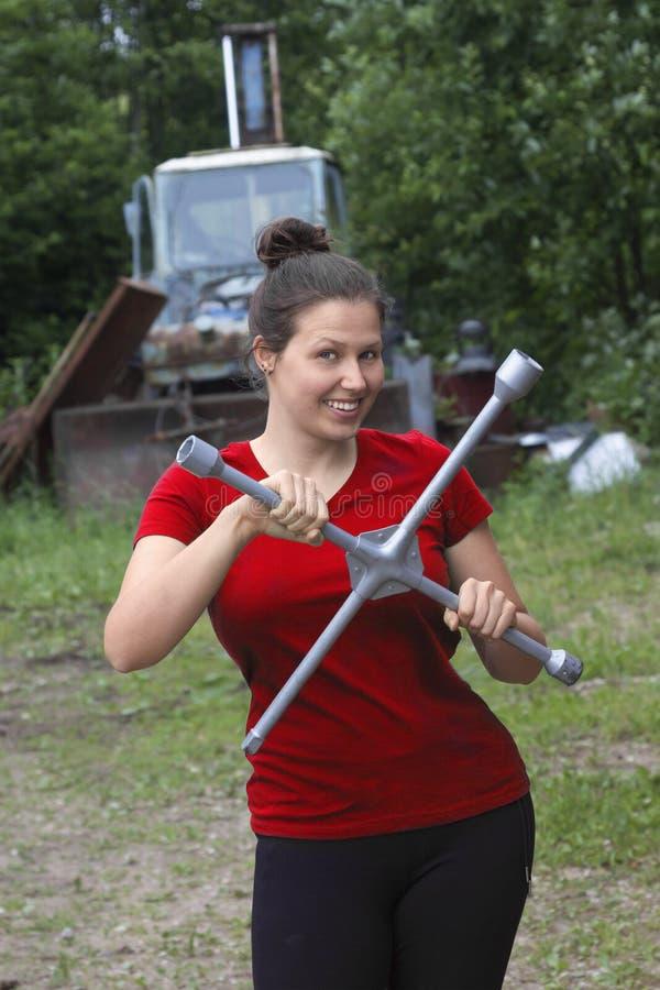 Junge Frau mit einem großen Schlüssel lizenzfreies stockbild