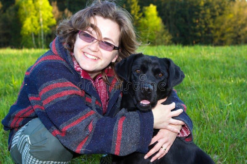 Junge Frau mit einem Hund stockbild