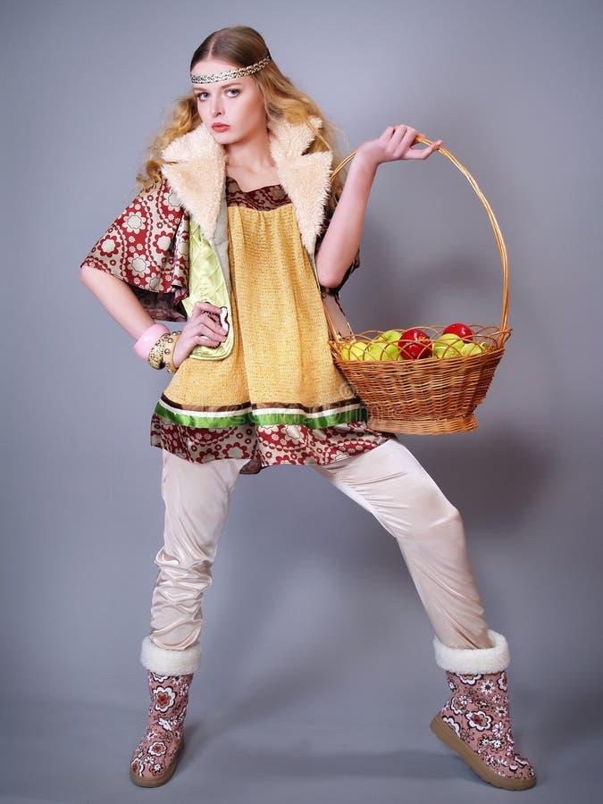 Junge Frau mit einem Korb der Äpfel lizenzfreie stockfotos
