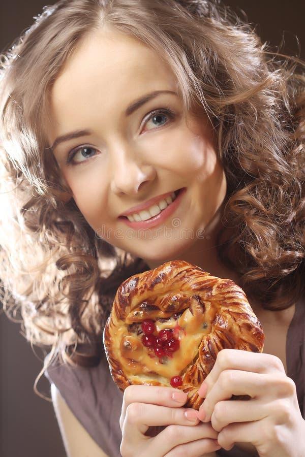 Junge Frau mit einem Kuchen lizenzfreie stockbilder