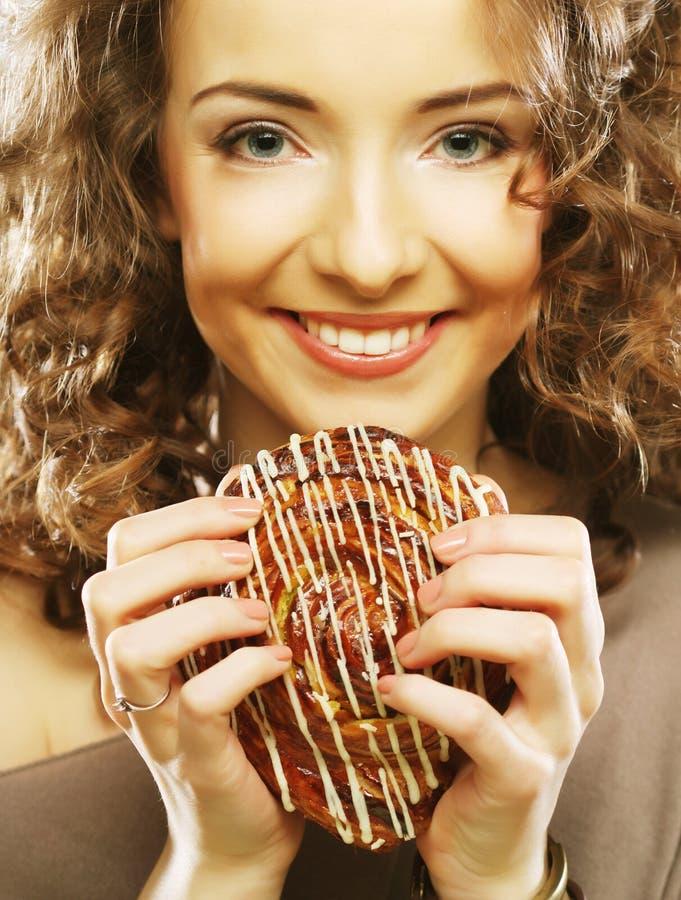 Junge Frau mit einem Kuchen stockfotografie