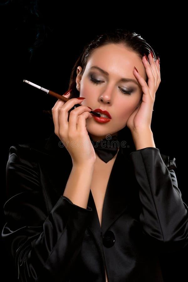 Junge Frau mit einem Mundstück in der Hand stockfotos