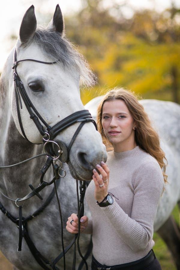 Junge Frau mit einem Pferd stockfoto