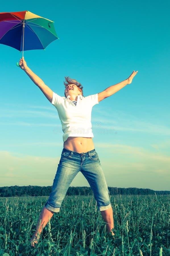 Junge Frau mit einem Regenschirm stockbild