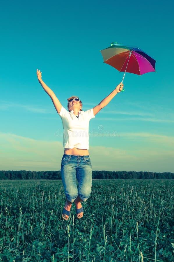 Junge Frau mit einem Regenschirm stockfotografie