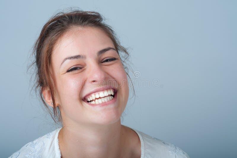 Junge Frau mit einem schönen Lächeln lizenzfreies stockbild