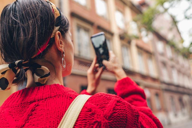 Junge Frau mit einem Telefon stockbilder