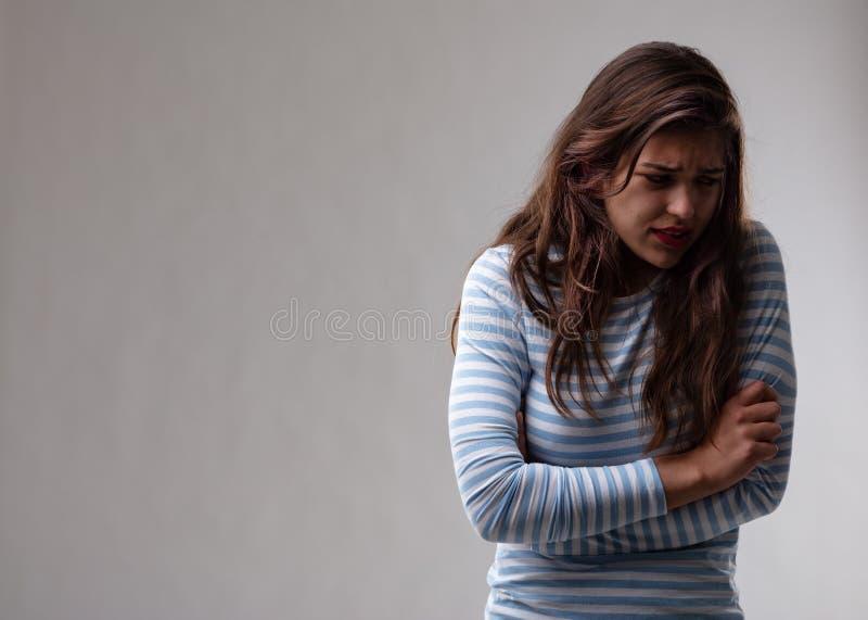 Junge Frau mit einem Verfolgungskomplex stockbild