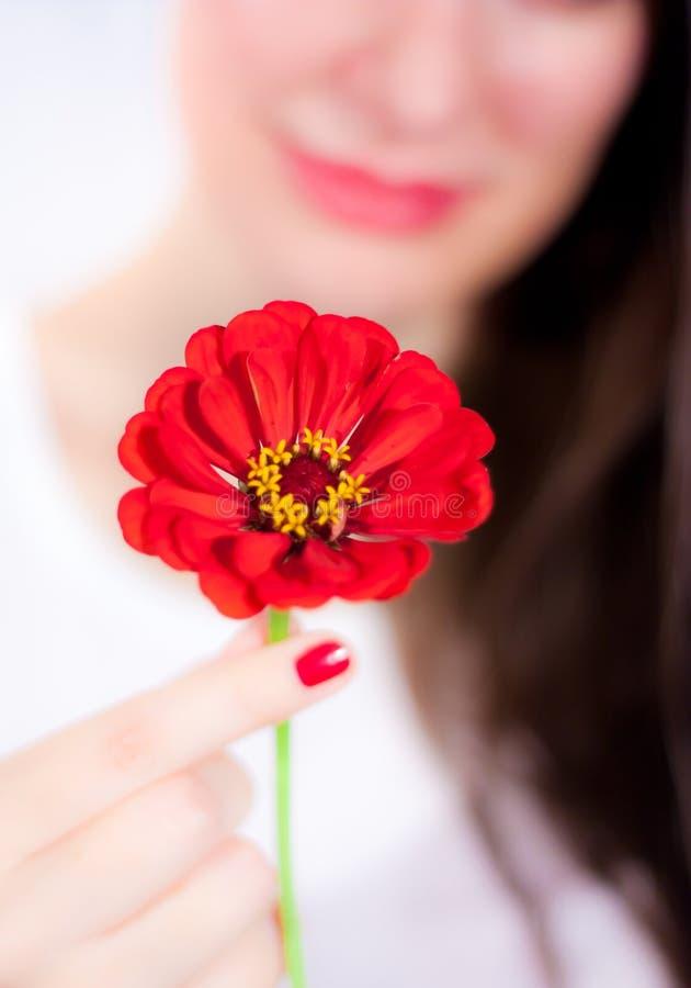 Junge Frau mit einer Blume stockfoto