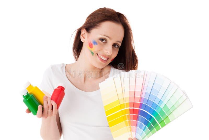 Junge Frau mit einer Farbenanleitung. stockfoto