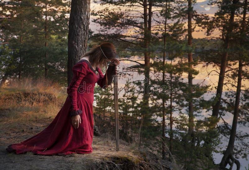 Junge Frau mit einer Klinge betend lizenzfreies stockbild