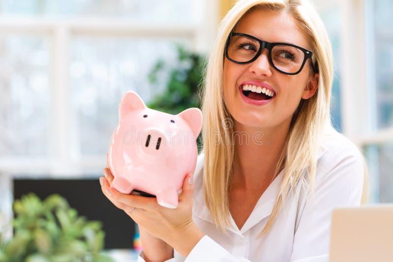 Junge Frau mit einer piggy Querneigung stockfotografie