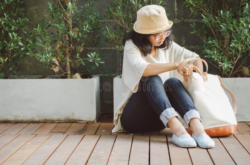 Junge Frau mit einer Segeltuchtasche lizenzfreie stockfotografie