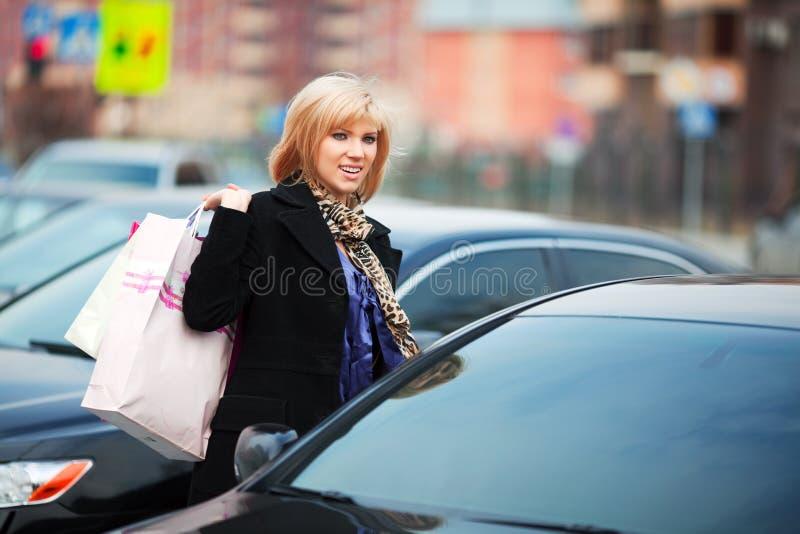 Junge Frau mit Einkaufenbeuteln. lizenzfreie stockfotos