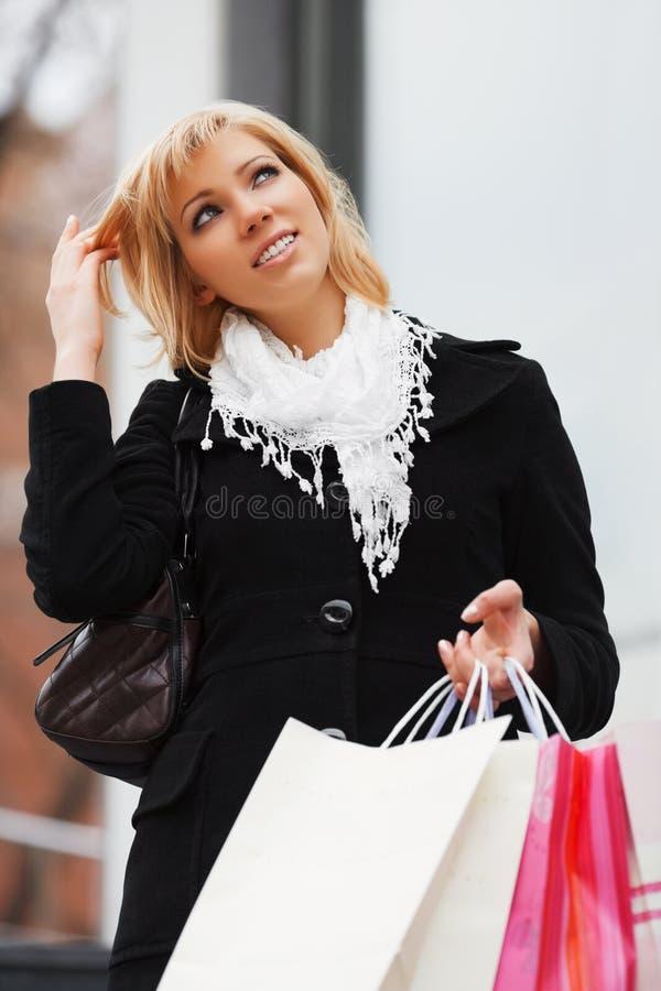 Junge Frau mit Einkaufenbeuteln lizenzfreies stockbild