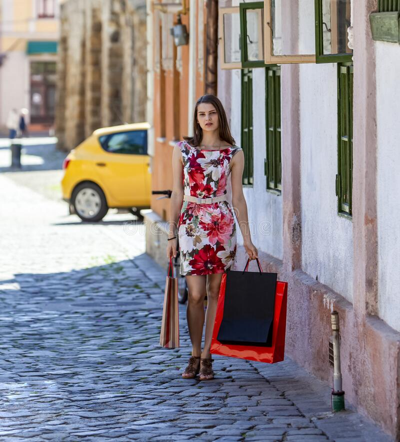 Junge Frau mit Einkaufswagen stockfotos