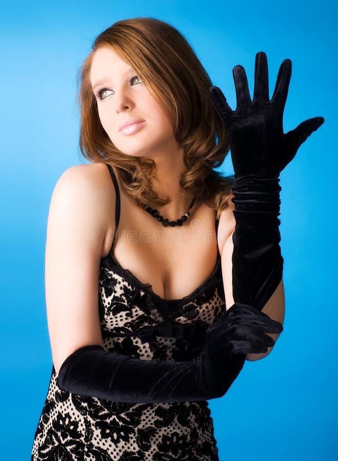 Junge Frau mit eleganten Handschuhen stockbild