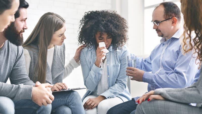 Junge Frau mit emotionalen Problemen schreiend während der Psychotherapie stockbild