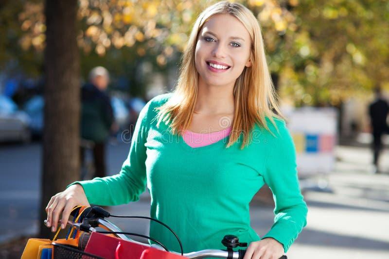 Download Junge Frau mit Fahrrad stockfoto. Bild von sorglos, radfahrer - 27727548