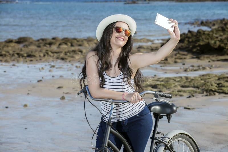 Junge Frau mit Fahrrad selfie lizenzfreie stockfotografie