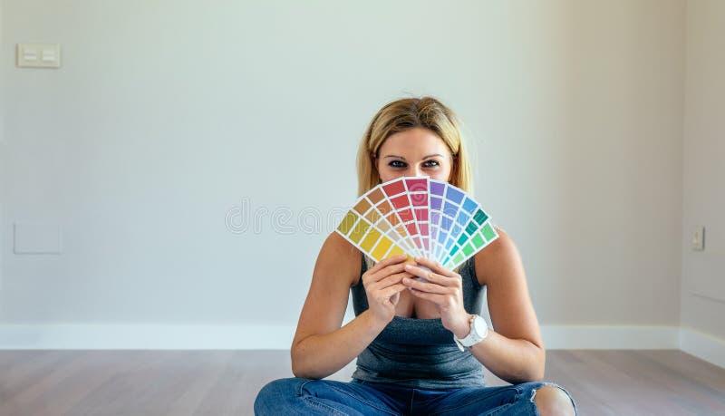 Junge Frau mit Farbdiagramm stockfotos