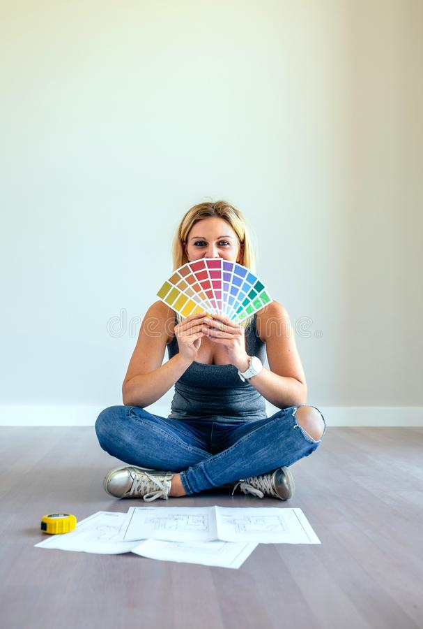 Junge Frau mit Farbdiagramm stockfotografie