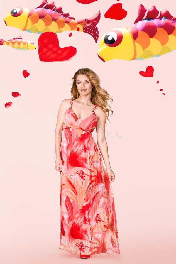 Junge Frau mit Fliegendrachen hinten lizenzfreie stockbilder