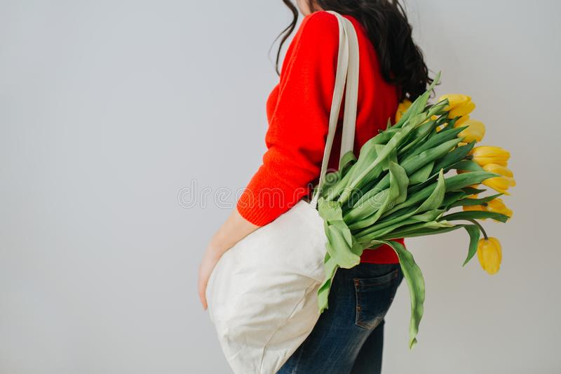 Junge Frau mit Frühlingsblumen stockfotos
