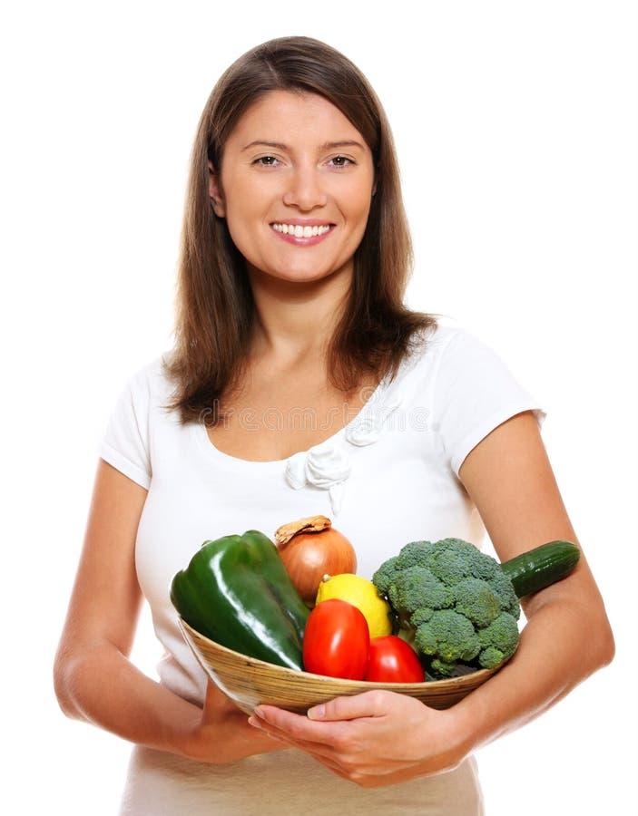 Junge Frau mit Gemüsekorb lizenzfreie stockfotos