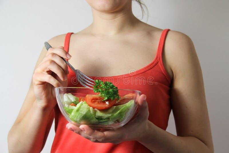 Junge Frau mit Gemüsesalat stockfotos