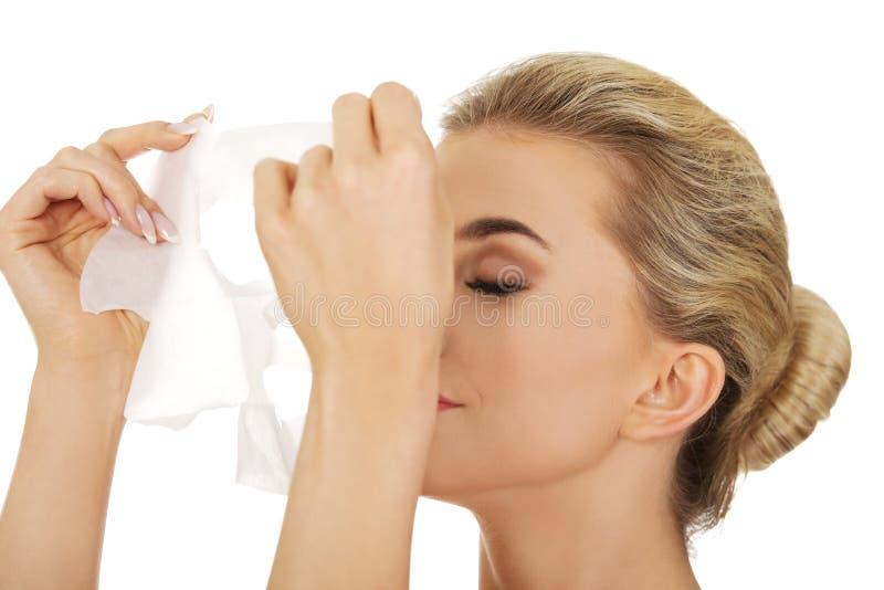 Junge Frau mit Gesichtsschablone lizenzfreie stockfotografie