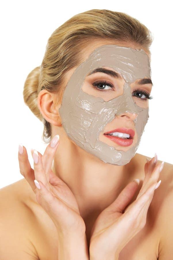 Junge Frau mit Gesichtsschablone stockbilder