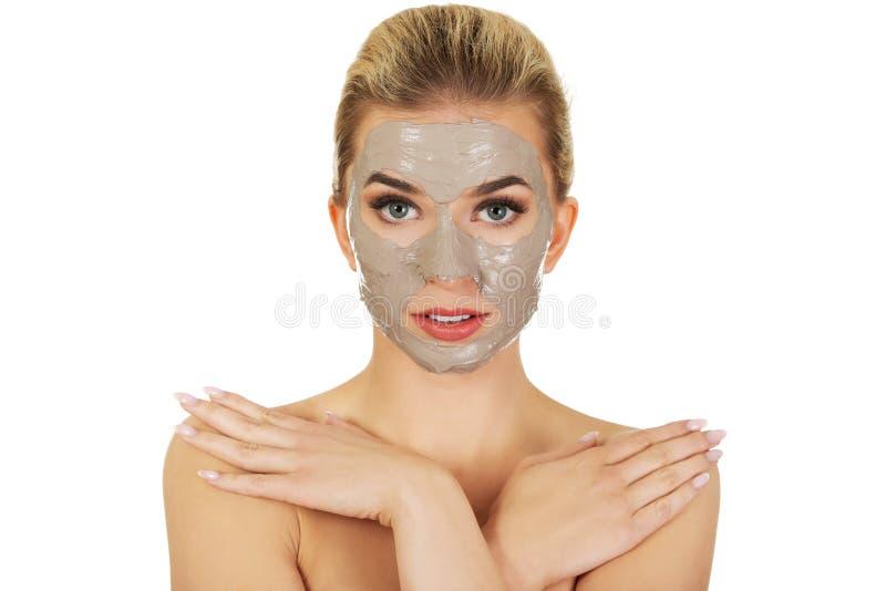 Junge Frau mit Gesichtsschablone stockfotografie