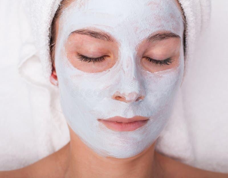 Junge Frau mit Gesichtsschablone lizenzfreie stockbilder