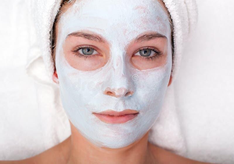 Junge Frau mit Gesichtsschablone stockbild