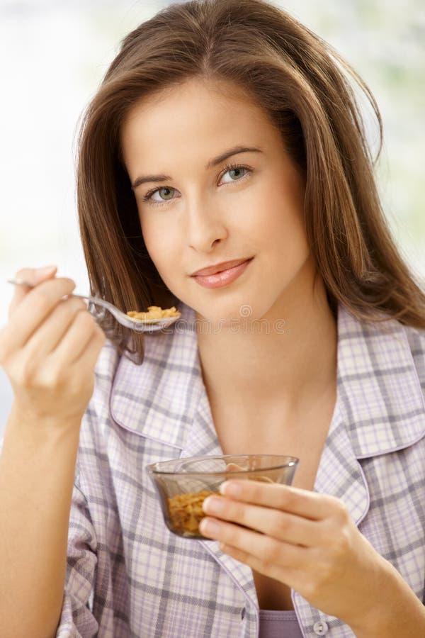 Junge Frau mit gesundem Frühstück lizenzfreie stockfotos