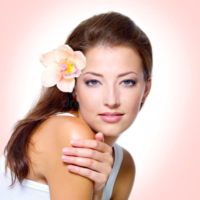 Junge Frau mit gesunder sauberer Haut des Gesichtes stockfotografie