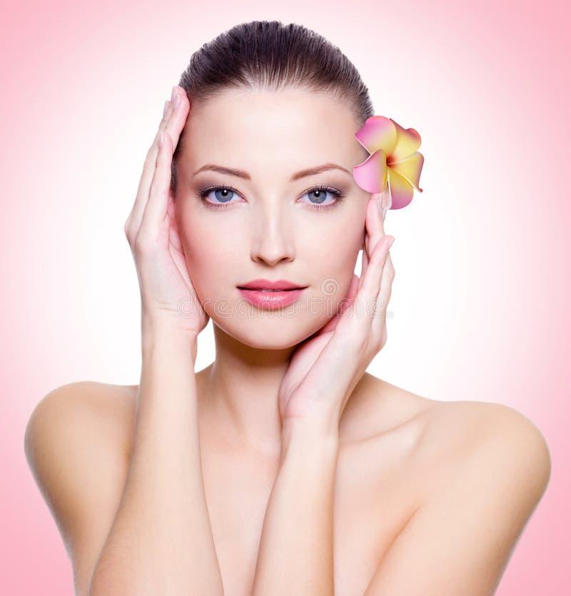 Junge Frau mit gesunder sauberer Haut des Gesichtes lizenzfreies stockbild
