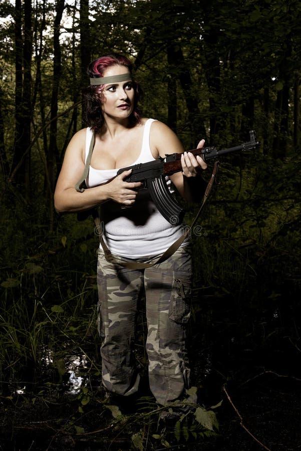 Junge Frau mit Gewehr stockfotos