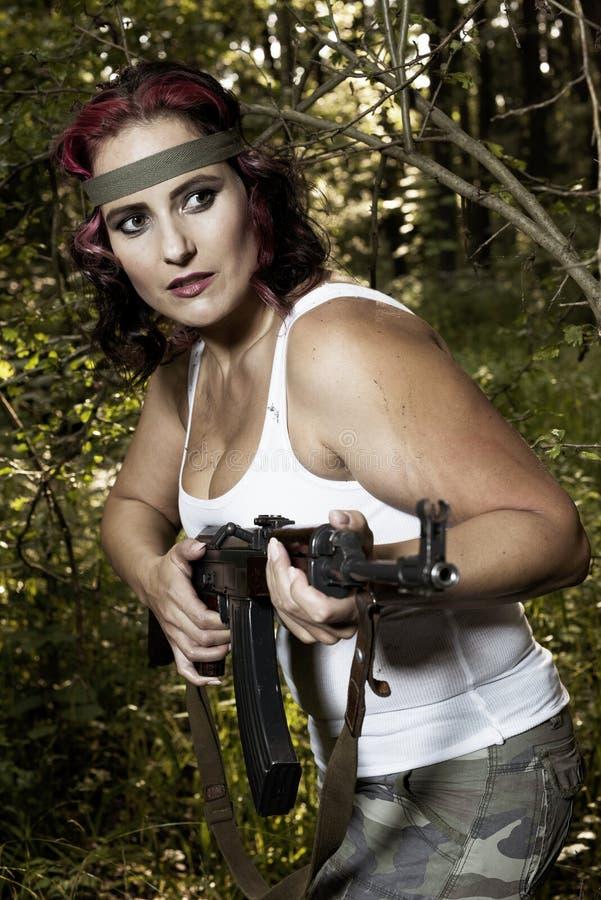 Junge Frau mit Gewehr stockbild