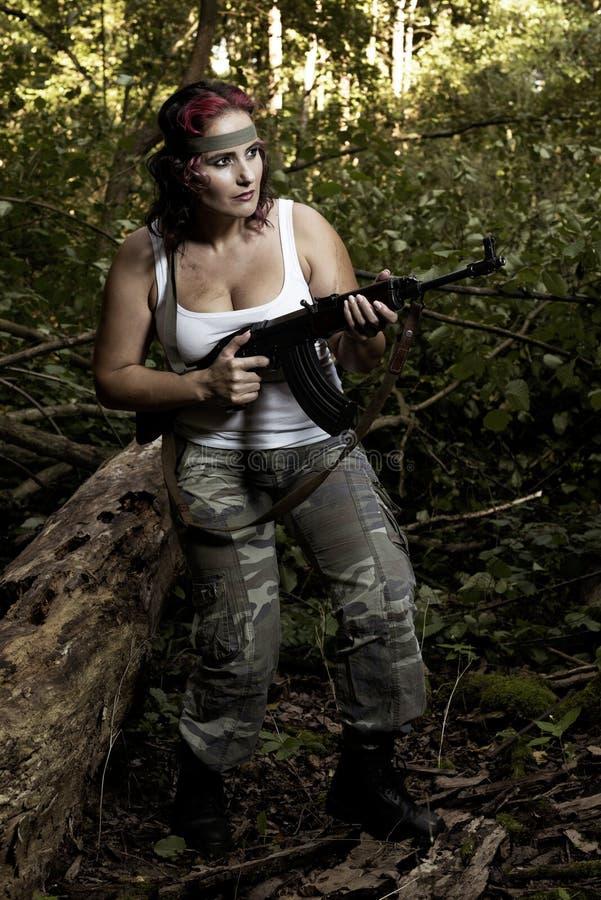 Junge Frau mit Gewehr lizenzfreies stockfoto